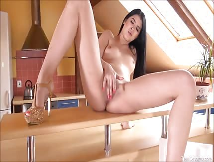 lady dee loves to show off